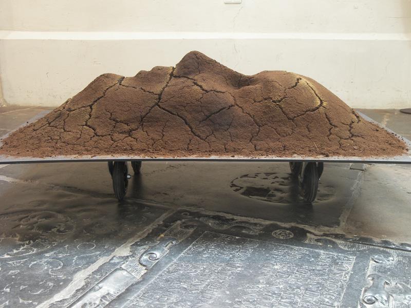 Acht dagen, materiaal koffiedik, 70x170x100 cm